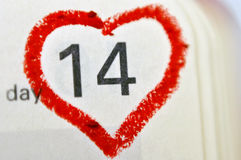 日历与红色手书面心脏聚焦o的笔记本页 库存图片