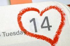 日历与红色手书面心脏聚焦o的笔记本页 图库摄影