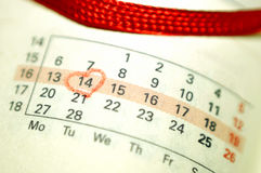 日历与红色手书面心脏聚焦o的笔记本页 免版税库存图片