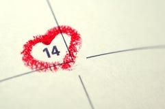 日历与红色手书面心脏聚焦o的笔记本页 免版税库存照片