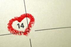 日历与红色手书面心脏聚焦o的笔记本页 库存照片