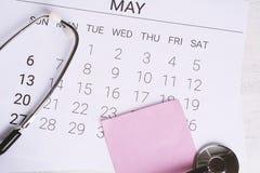 日历和听诊器 库存图片