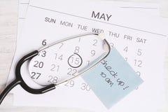 日历和听诊器 免版税图库摄影