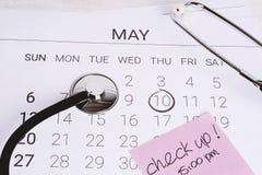 日历和听诊器 免版税库存照片