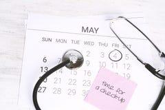 日历和听诊器 免版税库存图片