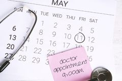 日历和听诊器 图库摄影