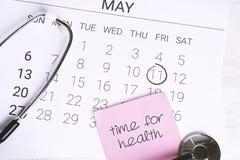 日历和听诊器 库存照片