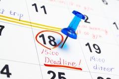 日历和图钉。 免版税库存图片