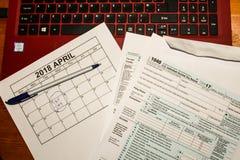 日历和形成1040所得税形式归档的2017年显示的税天是2018年4月17日 库存图片