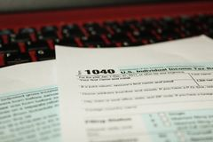 日历和形成1040所得税形式归档的2017年显示的税天是2018年4月17日 库存照片