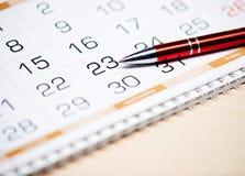 日历和笔 库存图片
