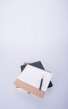 日历或笔与日历在背景 免版税库存图片