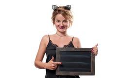日历概念日期冷面万圣节愉快的藏品微型收割机说大镰刀身分 有狂欢节拿着黑板的猫耳朵的妇女 库存照片