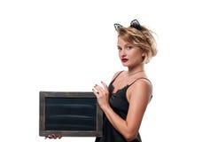 日历概念日期冷面万圣节愉快的藏品微型收割机说大镰刀身分 有狂欢节拿着黑板的猫耳朵的妇女 免版税库存照片