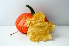 日历概念日期冷面万圣节愉快的藏品微型收割机说大镰刀身分 黄色叶子和南瓜 库存照片