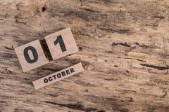 日历模板在木背景的10月 免版税库存图片