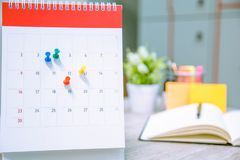 日历活动策划者是繁忙的 日历,设置时间表的时钟组织日程表 免版税库存图片