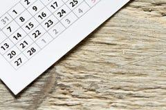 日历的角落在木背景的 库存图片