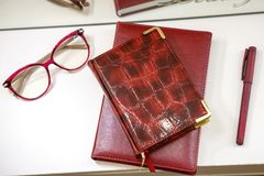 日历笔记薄玻璃和笔在镜子,一套前面的桌上女商人 库存图片