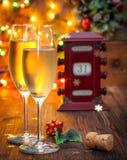 日历,玻璃12月31日,用香槟 免版税库存图片