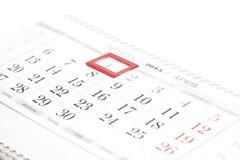 2015年日历 与红旗的4月日历在被构筑的日期 免版税库存图片