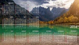 日历2018年用英语 在星期天,星期起始时间 山全景风景在意大利 免版税库存图片