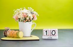 日历6月10日与花和礼物的静物画 免版税库存图片