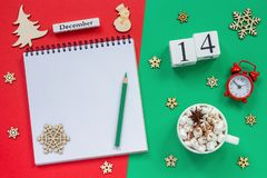 日历12月14日杯子可可粉和蛋白软糖,空的开放笔记薄 库存照片
