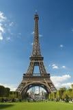 日埃菲尔晴朗的塔 免版税库存照片