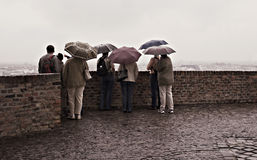 日多雨游人 库存图片