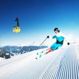 日山piste准备晴朗的滑雪者 库存照片