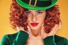 日帕特里克st 年轻姜妇女妖精、佩带的grenn礼服和帽子秀丽画象  免版税库存图片