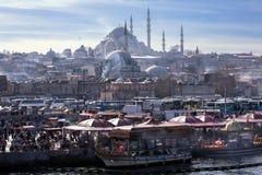 日常生活在伊斯坦布尔和Suleymaniye清真寺 免版税库存图片
