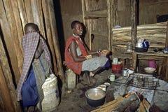 日常生活,烹调在内部Maasai小屋,肯尼亚 免版税库存照片