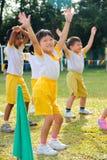 日开玩笑演奏体育运动的幼稚园 免版税库存图片