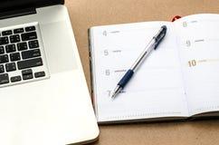 日志、笔和笔记本在桌上 图库摄影