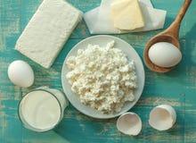 日志产品-挤奶,酸奶干酪,蛋黄草类-木表面上 免版税库存图片