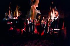 日志和煤炭在火从地狱! 库存照片
