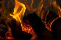 日志和煤炭在火 库存图片