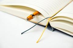 日志和铅笔在白色 免版税库存图片