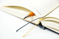 日志和铅笔在白色 免版税库存照片