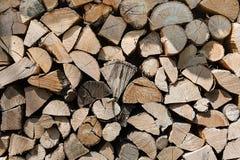 日志堆准备好的冬天木头 免版税库存照片