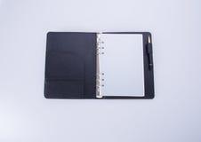 日志或开放皮革笔记本在背景 库存图片