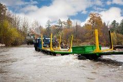 日志的运输的重型卡车在河黏附了 库存照片