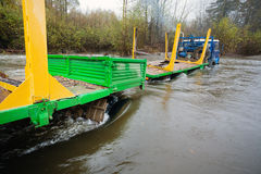 日志的运输的重型卡车在河黏附了 免版税库存照片
