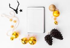 日志笔记本圣诞节构成 锥体和圣诞节装饰在白色背景 平的位置顶视图 免版税图库摄影