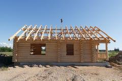 从日志建造的之家 免版税库存照片