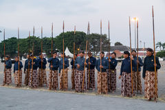 日惹,印度尼西亚-大约2015年9月:礼仪苏丹在站立与在苏丹宫殿前面的矛的布裙守卫( 图库摄影
