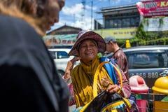 日惹,印度尼西亚- 2018年3月16日:卖在Malioboro路的微笑的妇女袋子在日惹 库存照片