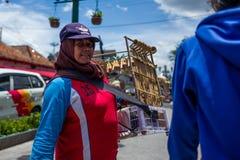 日惹,印度尼西亚- 2018年3月16日:卖在Malioboro路的微笑的妇女长笛在日惹 库存照片